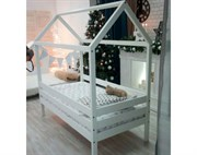 Кровать - домик из массива